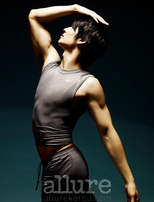 피부에 밀착돼 근육의 떨림을 방지하고 운동효과를 높여주는 상·하의는 나이키 프로 제품.