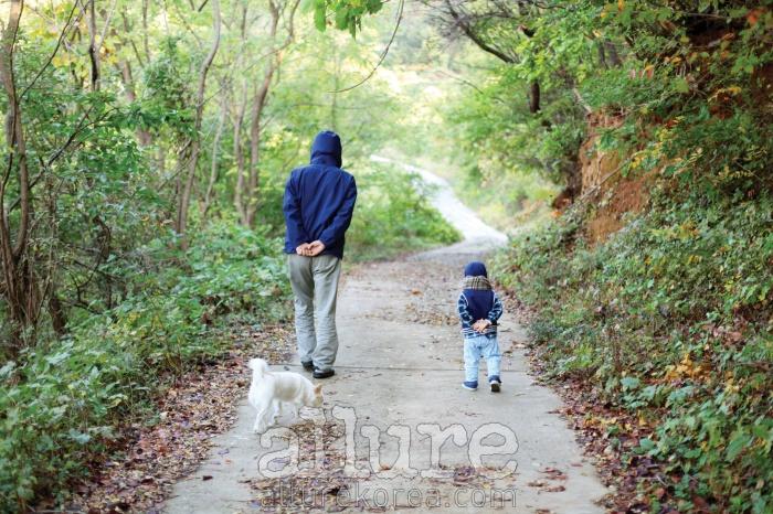 나의 아버지와 조카 박시하, 강아지 봉고는 함께 산책을 했고 나는 속도를 늦춰 그들의 뒷모습을 보며 걸었다.세 살짜리 조카는 할아버지를 따라 자주 뒷짐을 지고 걸어 다니곤 했다. 인생을 함께 걸어가는 이들과의 한순간. - 박기숙