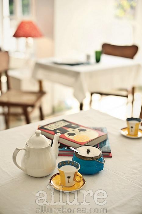 흰색으로 꾸며진 호텔 카페