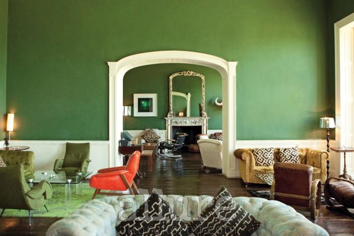 앤티크 가구와 초록색 벽지가 따뜻한 조화를 이루는 호텔 로비