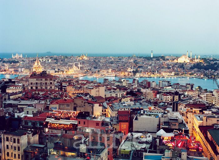 베욜루에 자리한 한 레스토랑에 앉아 바라본 이스탄불의 풍경. 과거의 콘스탄티노플이 어떤 모습이었을지 상상할 수 있다.