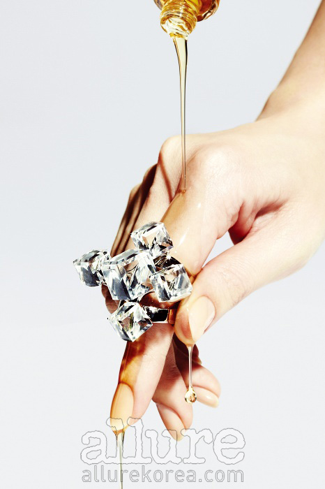 반지는 지아니 베르사체 스와로브스키 엘리먼츠 제작(Gianni Versace Made With Swarovski-Elements).