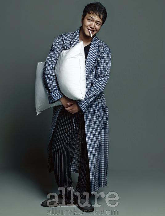 로브는 브룩스 브라더스 바이커드(Brooks Brothers by Kud), 티셔츠와 팬츠는 엠포리오아르마니 언더웨어(Emporio Armarni Underwear).