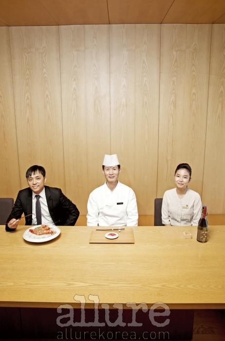 아리아께의 정종술 셰프(가운데)와 구매팀 수산물 담당 김경룡 과장(왼쪽), 기키자케시 이미선(오른쪽)
