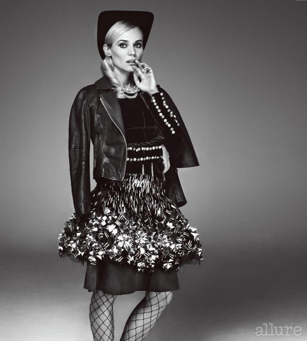 모자, 드레스, 스커트는 모두 샤넬 쿠튀르(Chanel Couture). 라이더 재킷은 마스코브(Masscob). 목걸이와 반지는 샤넬 주얼리(Chanel Jewelry