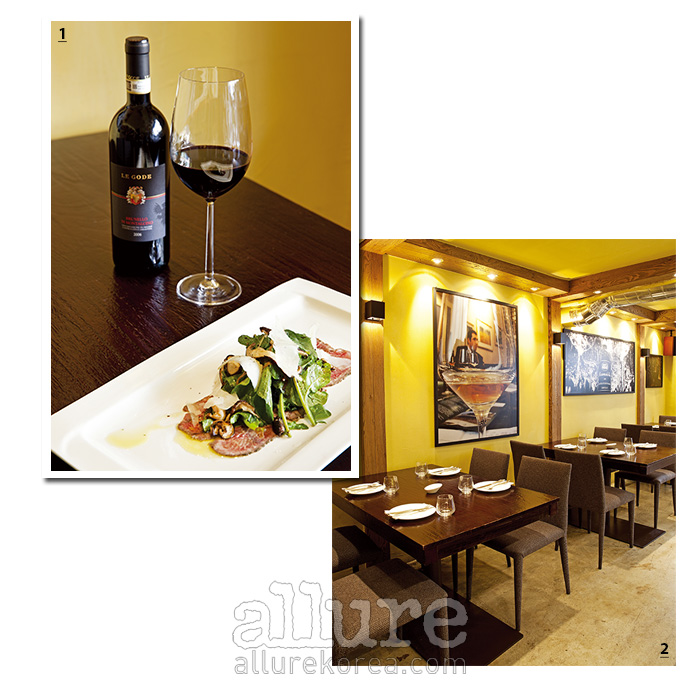 1 비프 카르파치오와 르 고드 와인. 2 몽고가 직접 찍은 사진이 걸려 있다.
