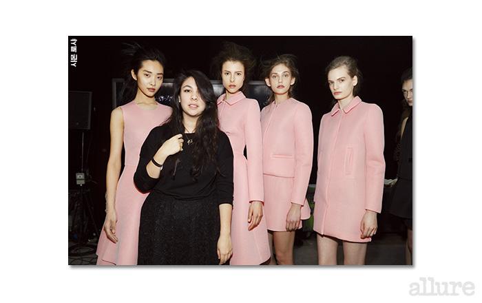 디자이너 시몬 로샤와 자신의 2013년 가을/겨울 컬렉션 의상을 입은 모델들