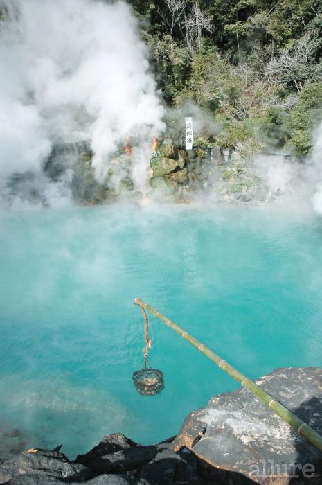 지옥 온천 중 가장 아름다운 곳으로 꼽히는 바다지옥. 98℃에 달하는 온천수를 이용해 달걀을 익힌다