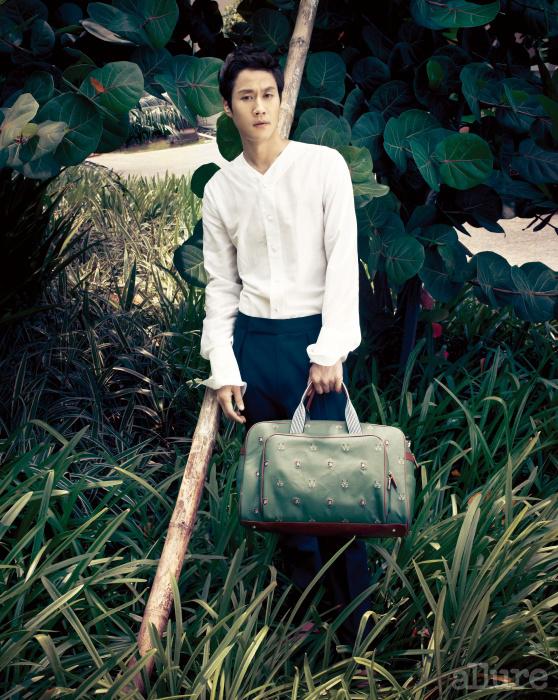 셔츠와 팬츠는 김서룡 옴므(Kimseoryong Homme). 가방은 밴드 오브 플레이어스(Band of Players).