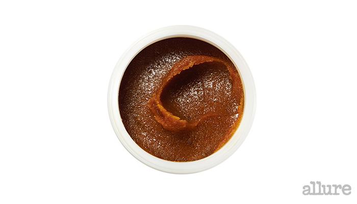 프레쉬의 슈가 페이스 폴리쉬. 설탕 성분이 각질을 부드럽게 제거하고 시트러스 오일과 딸기에 함유된 비타민 C가 피부에 빠르게 흡수돼 안색이 맑아진다. 125g 8만2천원.
