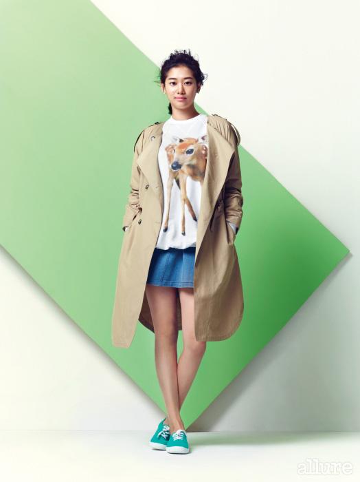 트렌치 코트와 셔츠는 제인송 (Jain Song)의 기부 제품. 스커트는 제인송. 운동화는 빅토리아 슈즈.