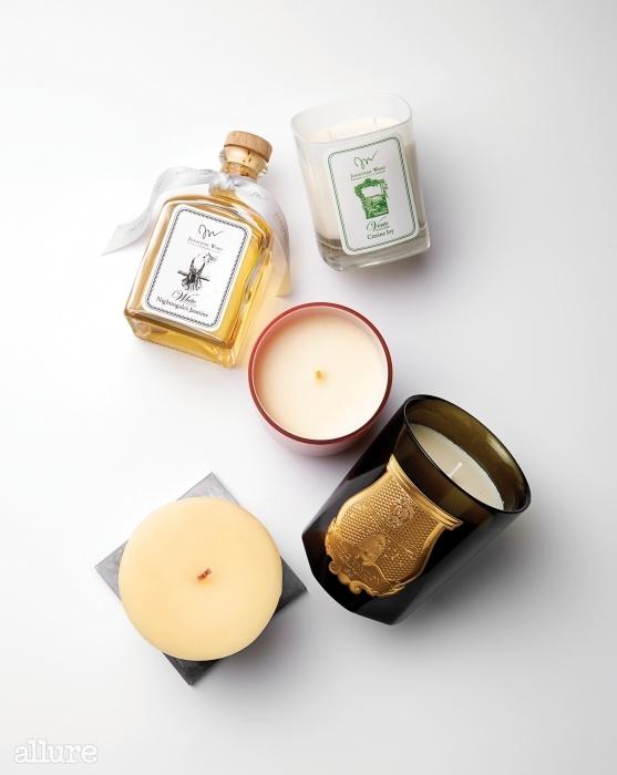 침실 곳곳에 향초의 따스한 온기와 향이 스미면 헛헛했던 마음이 조금씩 채워진다.