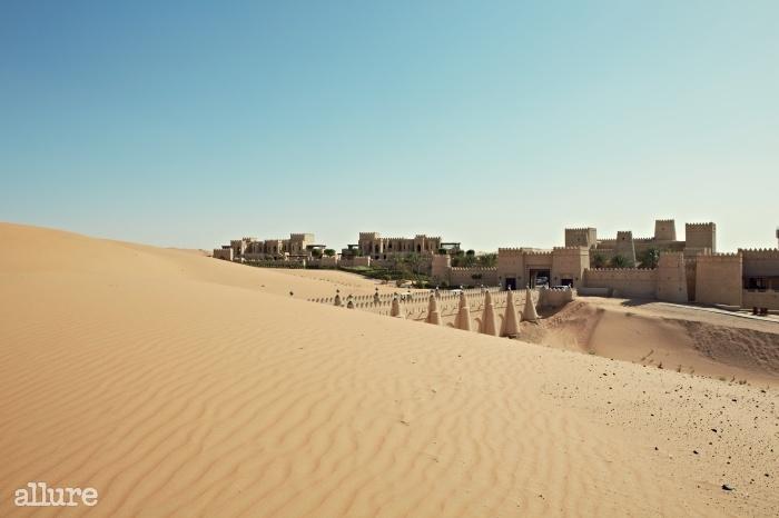 아랍에미레이트 리와 사막에 장엄한 요새처럼 건축된 카스르 알 사랍 리조트의 전경.