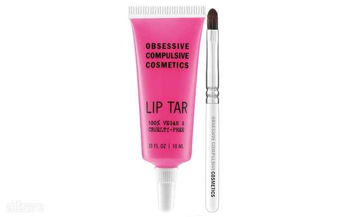 OCC의 립타르. 물감처럼 짜서 브러시를 이용해 바르는 립컬러. 립래커와 비슷하게 발색되지만 촉촉함이 더 오래 지속된다. 10ml 18달러.