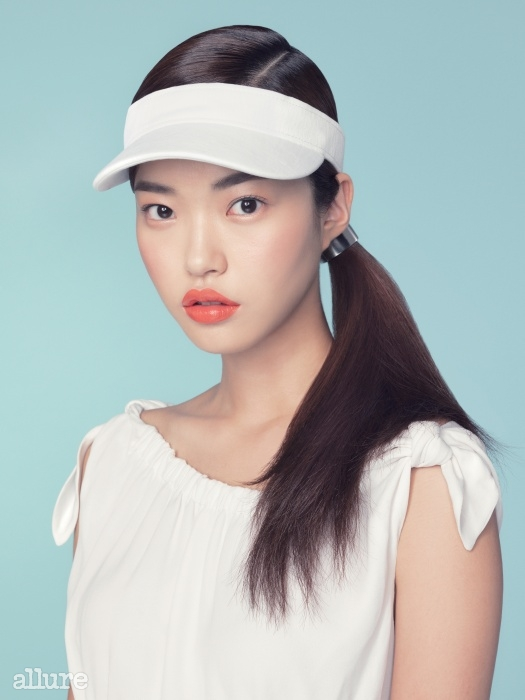 흰색 선캡은 라코스테(Lacoste). 금속 소재의 헤어클립은 H&M.