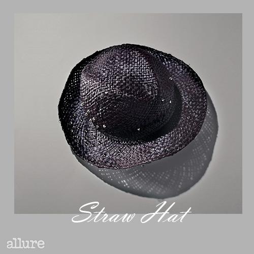 스터드 장식의 라피아 소재 모자는 21만8천원, 제라르 다렐(Gerard Darel).