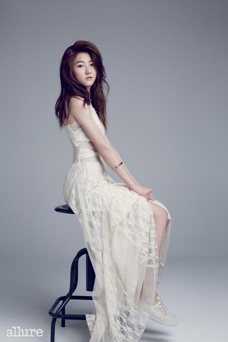 드레스는 H&M. 뱅글은 먼데이 에디션(Monday Edition). 운동화는 케즈(Keds).