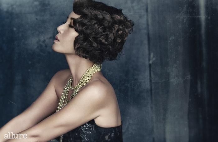 진주 목걸이는 모두 더 퀸 라운지(TheQueen Lounge). 드레스는 제이슨쿠튀르(Jason Couture).