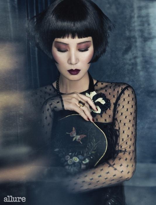 드레스는 에스카다(Escada).코르사주 장식 목걸이는레니본(Rennevon). 반지는 H&M.