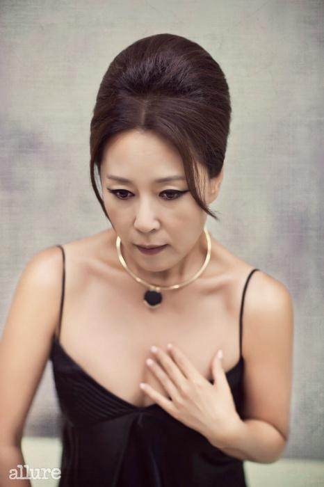 검은색 캐미솔 드레스는 이상봉 컬렉션.스톤 장식의 금색 목걸이는 도비마.