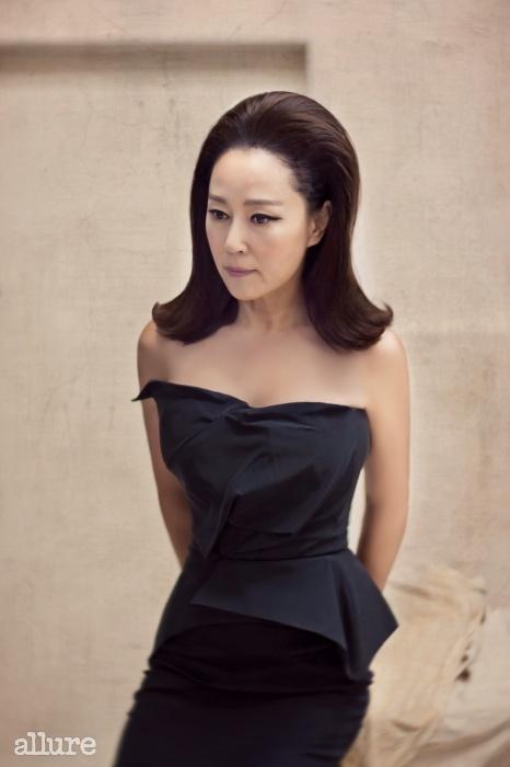 검은색 튜브톱 드레스는 퍼블리카 아틀리에.