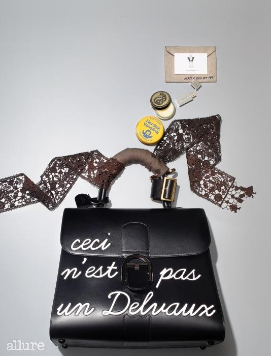 (위부터) 작은 소품을 넣어 정리하는 필립 오디베르(Philippe Audibert)의 주얼리 케이스. 이니셜이 새겨진 USB는 티파니(Tiffany & Co). 제라늄 향이 은은하게 풍기는 고체 향수는 패치 뉴욕(Patch NYC). 노르딕 바셀린(Nordisk Vaseline)의 퓨어 페트롤레이텀은 가방 속에 넣고 다니며 건조한 부위에 수시로 덧바른다. 앨리스(Alice)의 레이스 스카프는 목에 두르거나 가방에 묶는 등 다양하게 활용한다. 여러 개를 함께 착용하는 팔찌는 아베크 뉴욕(Avec New York). 최근 즐겨 착용하는 호야 앤 모어(Hoya and More)의 팔찌. 르네 마가리트의 'Ceci n'est pas une pipe'를 살짝 비튼 델보(Delvaux)의 휴머백.