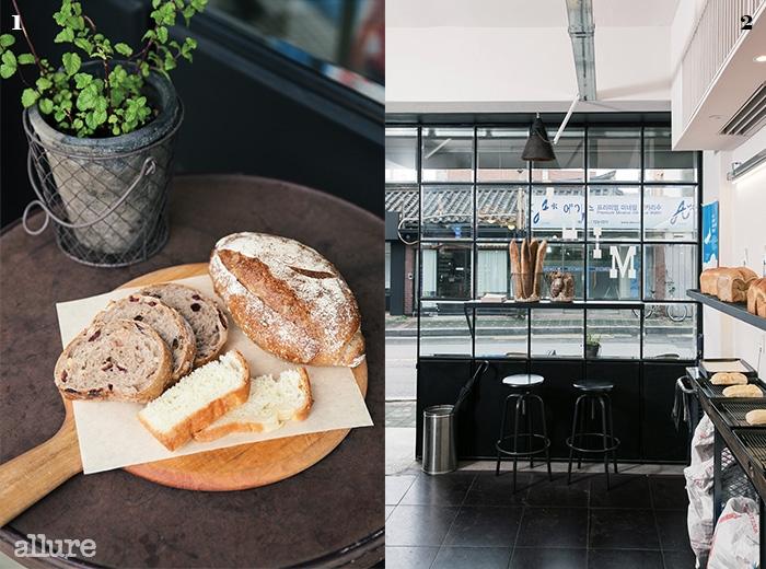 1 크랜베리호두캉파뉴, 호두통밀빵, 브리오슈. 2 정겨운서촌의 풍경이 창밖으로 비친다.
