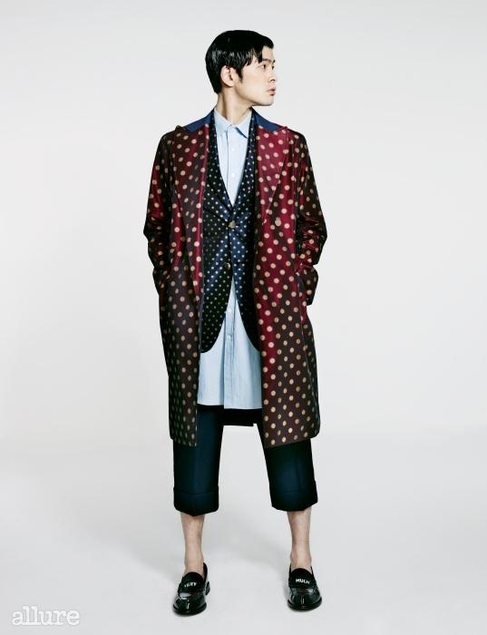 셔츠와 재킷, 코트, 팬츠는모두 오디너리 피플(Ordinary People), 슈즈는푸시버튼(Push Button).