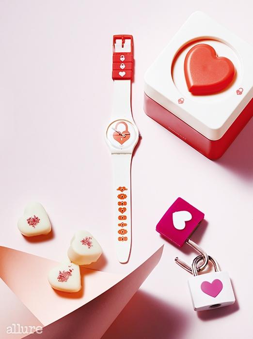 자물쇠와 열쇠 모티프 디자인의러블리한 스타일이 인상적인 스와치의UNLOCK MY HEART. 9만원.