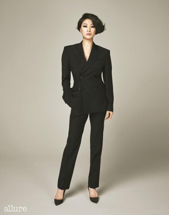 서머 울 소재의 더블브레스티드 재킷은1백20만원대, 팬츠는60만원대. 제이백 쿠틔르(Jaybaek Couture).