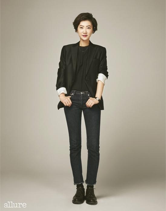 울 실크 소재의 재킷은1백50만원, 바톤 권오수(Baton Kwonohsoo).