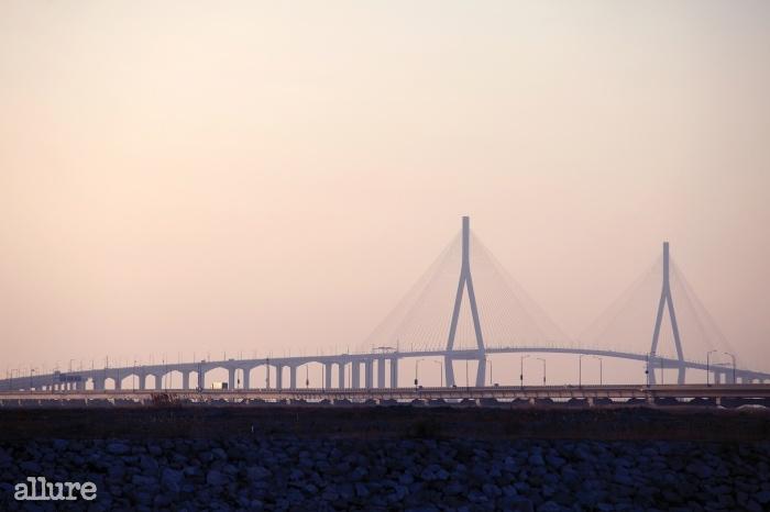 인천공항이 있는 영종도와 송도를 연결하는 인천대교. 총길이가 약 21km로 우리나라에서 가장긴 다리다.