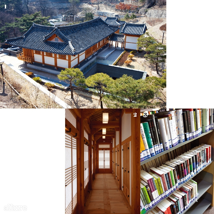 1 도서관으로 내려가는언덕길에서 본 풍경.2 대관과문인들을 위한 공간으로활용하는 1층 한옥의 복도.3 열람실에 놓인 국내 문학작품들.