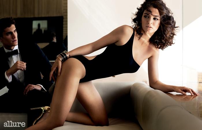 수영복은 베르사체(Versace),펌프스는 스튜어트 와이츠먼(StuartWeitzman), 팔찌는 발맹(Balmain).남자 모델이 입은 턱시도와 셔츠는모두 루이 비통(Louis Vuitton),넥타이는 랙앤본(Rag & Bone).