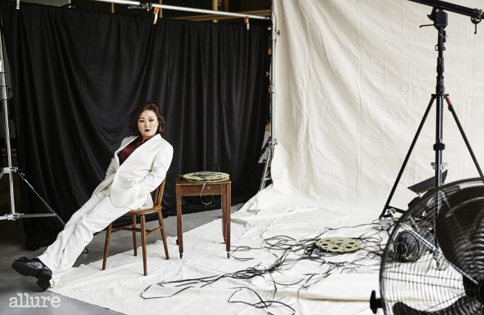 슈트는 바톤 바이권오수(Barton byKwon Oh Soo).실크 셔츠는 김서룡옴므. 로퍼는 자라.