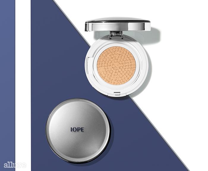 아이오페의 에어쿠션Ⓡ XP 인텐스 커버SPF50+/PA+++(미백, 자외선 차단, 주름 개선 기능성).30g(본품 15g, 리필 15g) 4만원대.