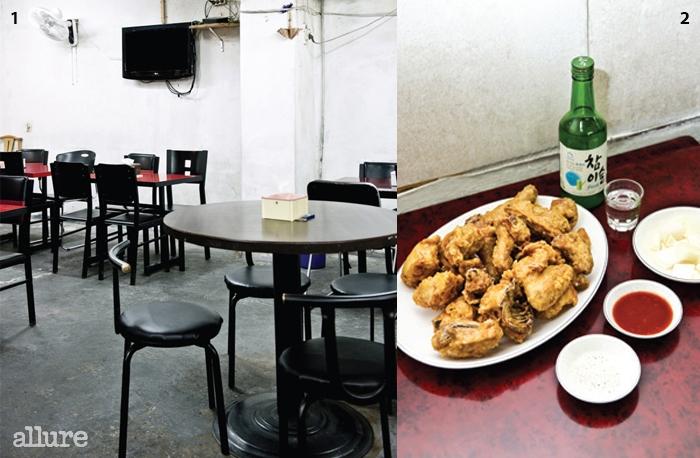 1 저녁이 되면 사람들로 가득차는 실내. 2 옛날통닭과 직접담근 양념무, 칠리소스와 소금.