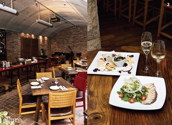 1 매일 저녁 라이브연주가 열린다.2 스페셜 치즈 보드와그릴에 구운 문어,타파나드, 토마토, 미니루콜라.