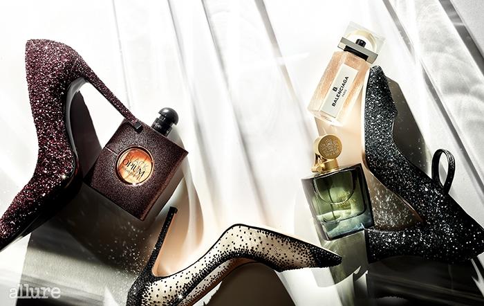 (왼쪽부터) 핑크 글리터 장식의 펌프스는 수자나 트래카 바이 신세계 슈 컬렉션(Susana Traca by Shinsegae Shoe Collection),관능의 아름다움을 향으로 표현한 입생로랑의 블랙 오피움 오 드 뚜왈렛. 크리스털 장식의 펌프스는 세르지오 로시 바이 신세계 슈 컬렉션(Sergio Rossi by Shinsegae Shoe Collection), 우아한 여성을 연상시키는 모던한 향취를 담은 발렌시아가의 비 발렌시아가 오 드 퍼퓸.장미와 패출리, 베티버 원료가 절묘하게 어우러진 아이데스 데 베누스타스 바이 라 페르바의 아이리스 나자레나 오 드 퍼퓸,글리터 장식의 메리제인 슈즈는 미우미우(Miu Miu).