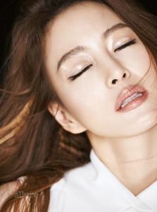 SKIN 보습 제품으로 충분히 촉촉한 피부 바탕을 만든 다음 레 베쥬 헬시 글로우 파운데이션 21호를 얼굴 전체에 고루 펴 바른다. 하루 종일 건강한 피부 윤기가 유지된다. EYE 투명 립글로스를 눈두덩 전체에 넓게 가로로 펴 발라 반짝이는 눈매를 연출한다. LIP 루쥬 코코 410 캐서린을 입술 라인을 따라 깨끗하게 채워 바른다. 여러 번 덧발라 촉촉한 색감을 더한다. 사용 제품은 모두 샤넬. 화이트 슬리브리스 셔츠는 샤넬.