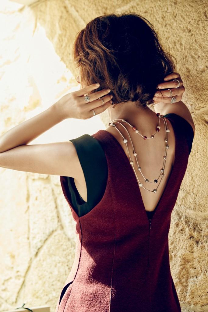 레이어드한 드레스는 모두 타임(Time). 목걸이는 판도라 에센스 컬렉션. 반지는 판도라.