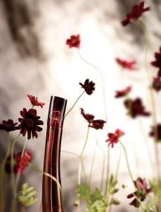 우아하고 관능적인 여성을 연상시키는 매혹적인 향취를 담은 플라워바이겐조의 엘릭시르 오 드 퍼퓸.