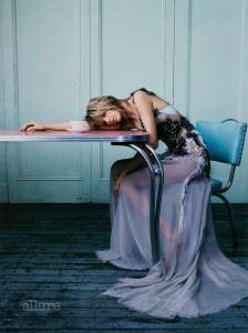 드레스는 아틀리에 베르사체(Atelier Versace). 브래지어는 아락스. 오른손에 낀 반지는 칼마르 앤티크. 왼손에 낀 반지는 까르띠에.