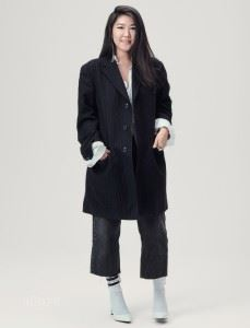 셔츠는 메종 마틴 마르지엘라(Maison Martin Margiela). 팬츠는 리바이스(Levi's). 슈즈는 찰스앤키스(Charles&Keith). 재킷은 빈티지 제품.