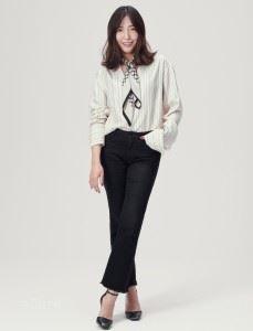 셔츠는 김서룡(Kimseoryong). 팬츠는 자라(Zara). 스트랩 슈즈는 발렌티노(Valentino). 스카프 링은 에르메스(Hermes). 스카프는 빈티지 제품.