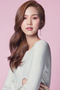 스웨터는 퓨어 캐시미어(Pure Cashmere), 귀고리는 넘버링 서울(Numbering Seoul).
