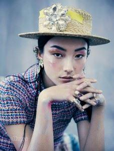 톱은 샤넬(Chanel). 모자는 햇메이커(Hatmaker). 모자에 장식한 브로치는 할리퀸 마켓(Harlequin Market). 귀고리는 마르니(Marni). 반지는 모두 티파니(Tiffany&Co.).