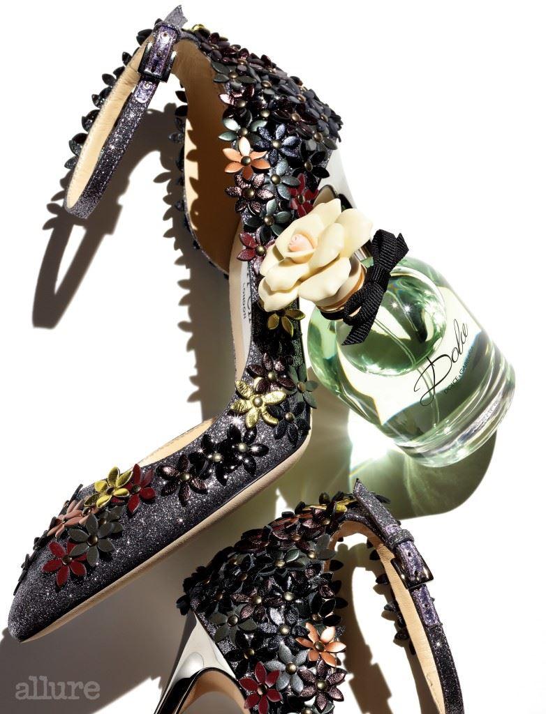 갓 피어나기 시작한 네롤리 꽃과 백합의 섬세한 향을 담은 돌체 플로럴 드롭스 오 드 퍼퓸은 돌체앤가바나(Dolce&Gabbana). 플라워 아플리케 장식의 앵클 스트랩 슈즈는 지미 추(Jimmy Choo).