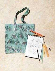 데일리라이크에서 제작한 산양 패턴 에코백과 산양 스케치. 산양의 움직임과 생김새는 단순하게 표현했다.
