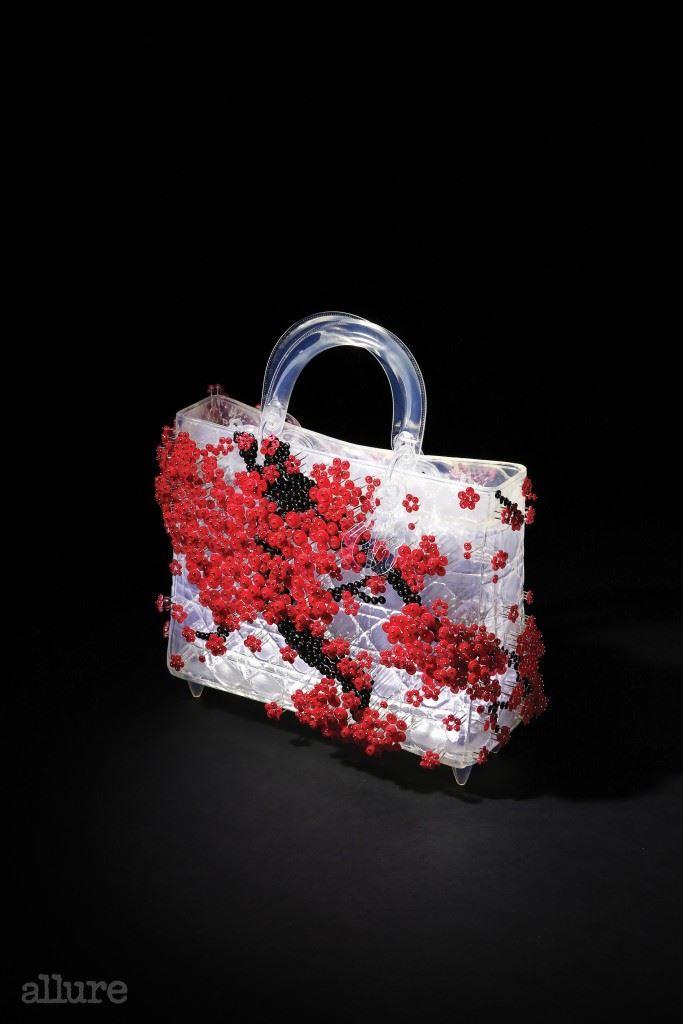 레이디 디올의 가방에 만개한 매화꽃을 담아낸 작가 황란의 작품, '영원한 뮤즈'.